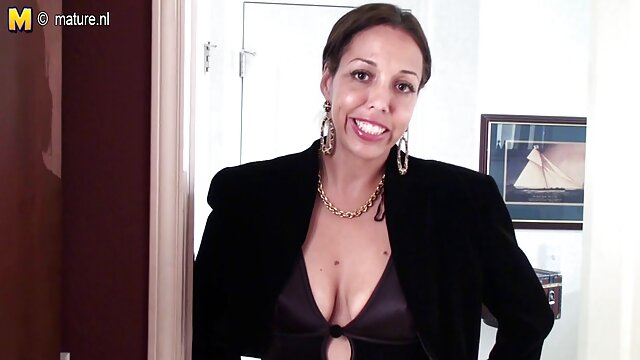 A tia ensina o sobrinho a foder videos eróticos nacional mulheres na cozinha.