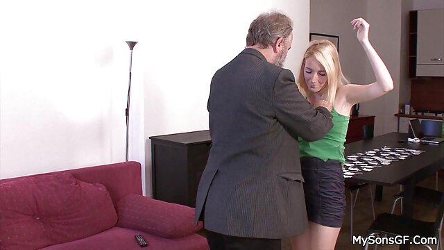 A raposa videos pornos amadores nacionais de diamantes leva a sua lança suculenta bem fundo e nua no rabo dela.