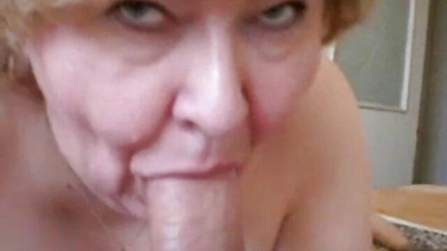 Babe in stockings vídeos pornô nacional grátis puts pussy under cock