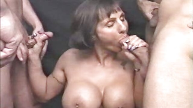 Multidão de homens quero ver vídeo pornô nacional e morena amarrada
