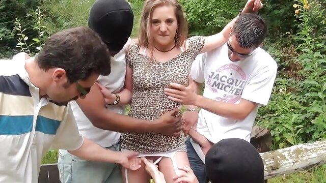 A instrutora de dança Zoe Holiday não presta e martela videos de sexo nacional as mamas dela.
