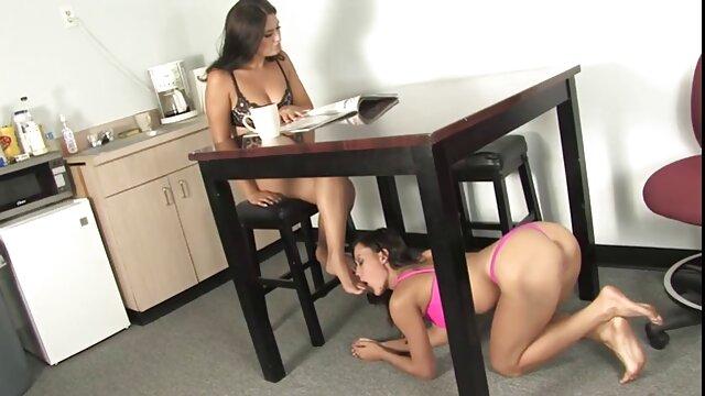 A avó e a vídeo pornô nacional brasileiro neta filmaram um preto com uma pila grande para sexo em separado.