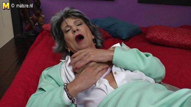 A mulher fode duas videos porno amador nacional t-shirts com pila no cinto.