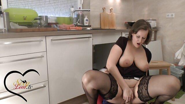 Gia Derza e Babe Gold são meias-irmãs próximas, envergonhando-se melhor filme pornô brasileiro na banheira.